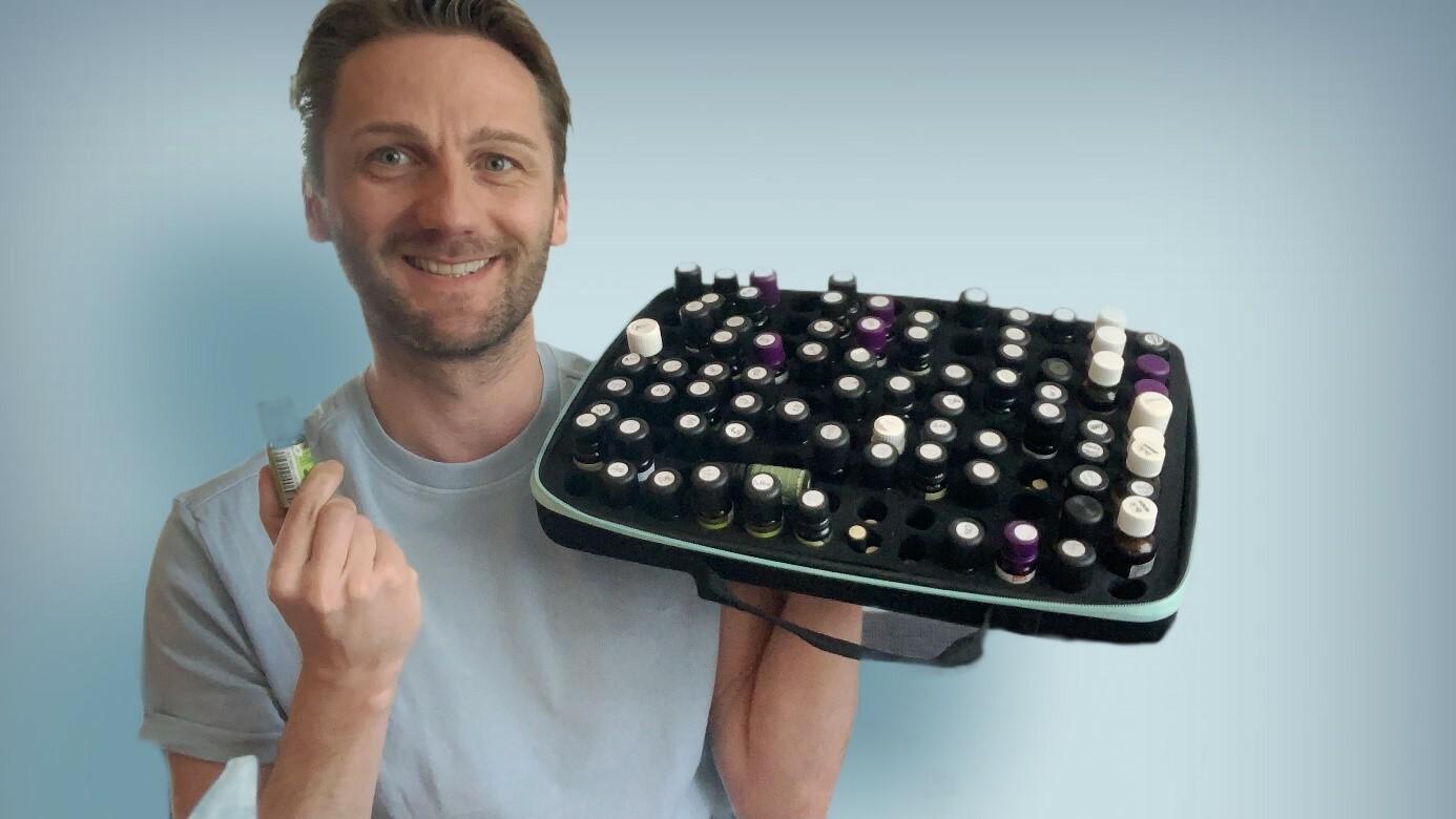 Binder Klaus mit einer Auswahl an ätherischen Ölen (Fotocredit: Binder Klaus/FH Gesundheitsberufe OÖ)