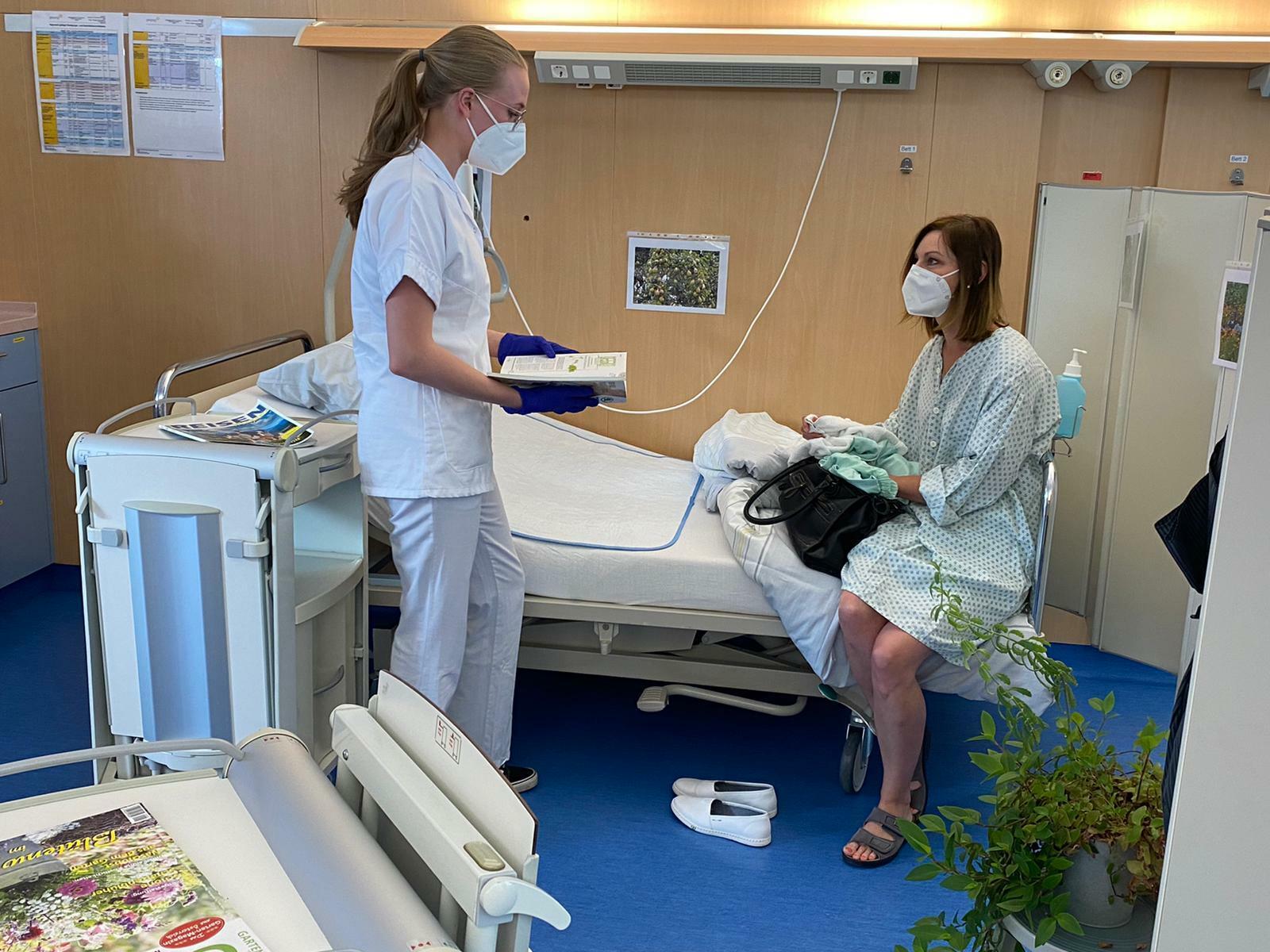 Eine Gesunden- und Krankenpfleger*in bei einem Beratungsgespräch mit einer Patientin (Fotocredit: FH Gesundheitsberufe OÖ / Claudia Huber)