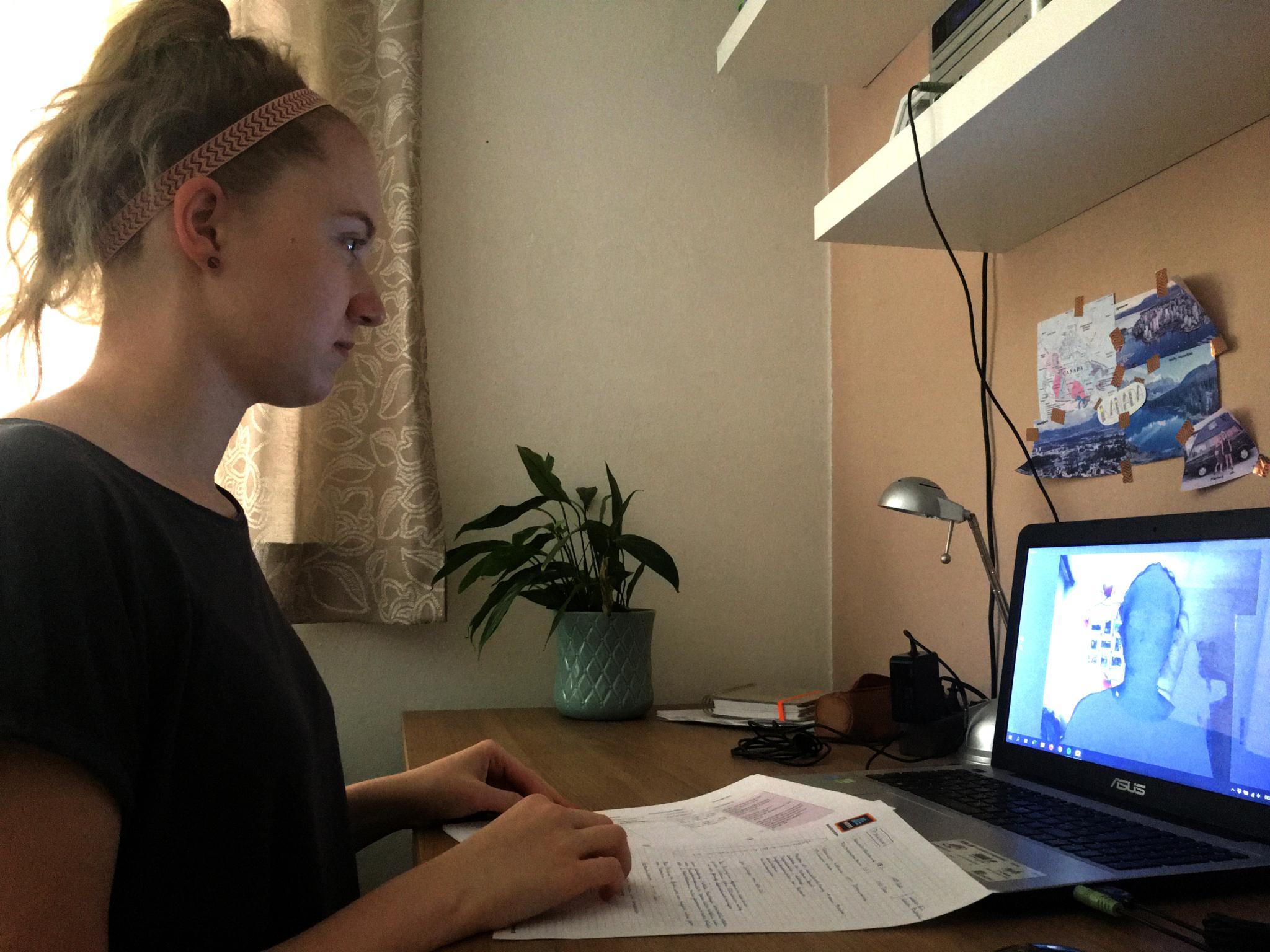 """Presseaussendung Erfahrung und Verständnis von Beeinträchtigungen Mai 2020 Birgit Zarzer bei der Erstellung des Kurzvideos """"Hörbeeinträchtigung"""","""