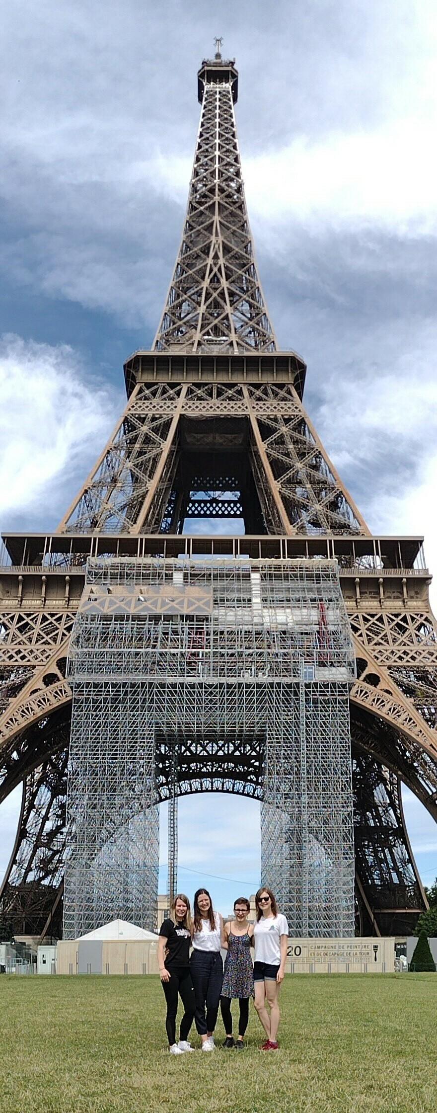 Logopädie Studierende vor dem Eiffelturm  (vergrößerete Ansicht in der Galerie)