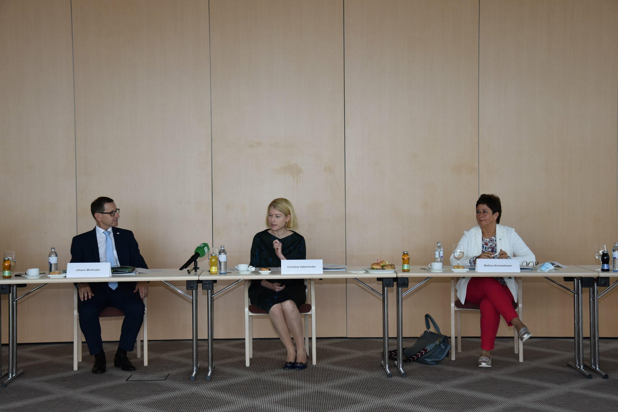 Pressekonferenz neues Campusgebäude Ried Juni 2020 Mag. Johann Minihuber, LH Stv. Mag. Christine Haberlander, MMag. Bettina Schneebauer,
