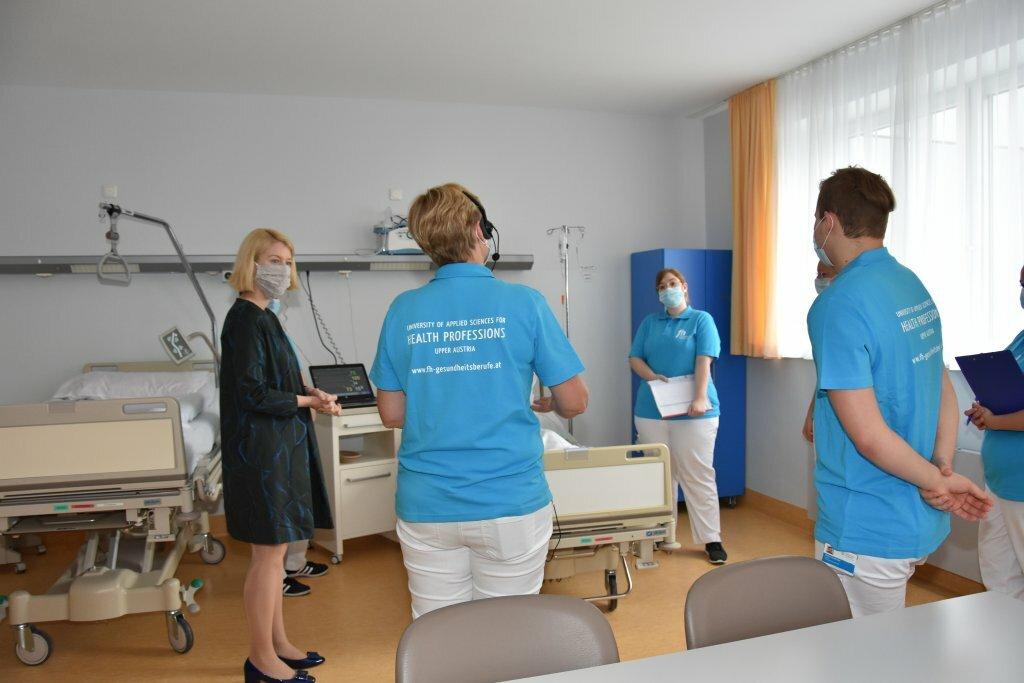 Pressekonferenz neues Campusgebäude Ried Juni 2020 LH Stv. Mag. Christine Haberlander besucht das Pflege-Simulationszentrum der FH Gesundheitsberufe OÖ in Ried