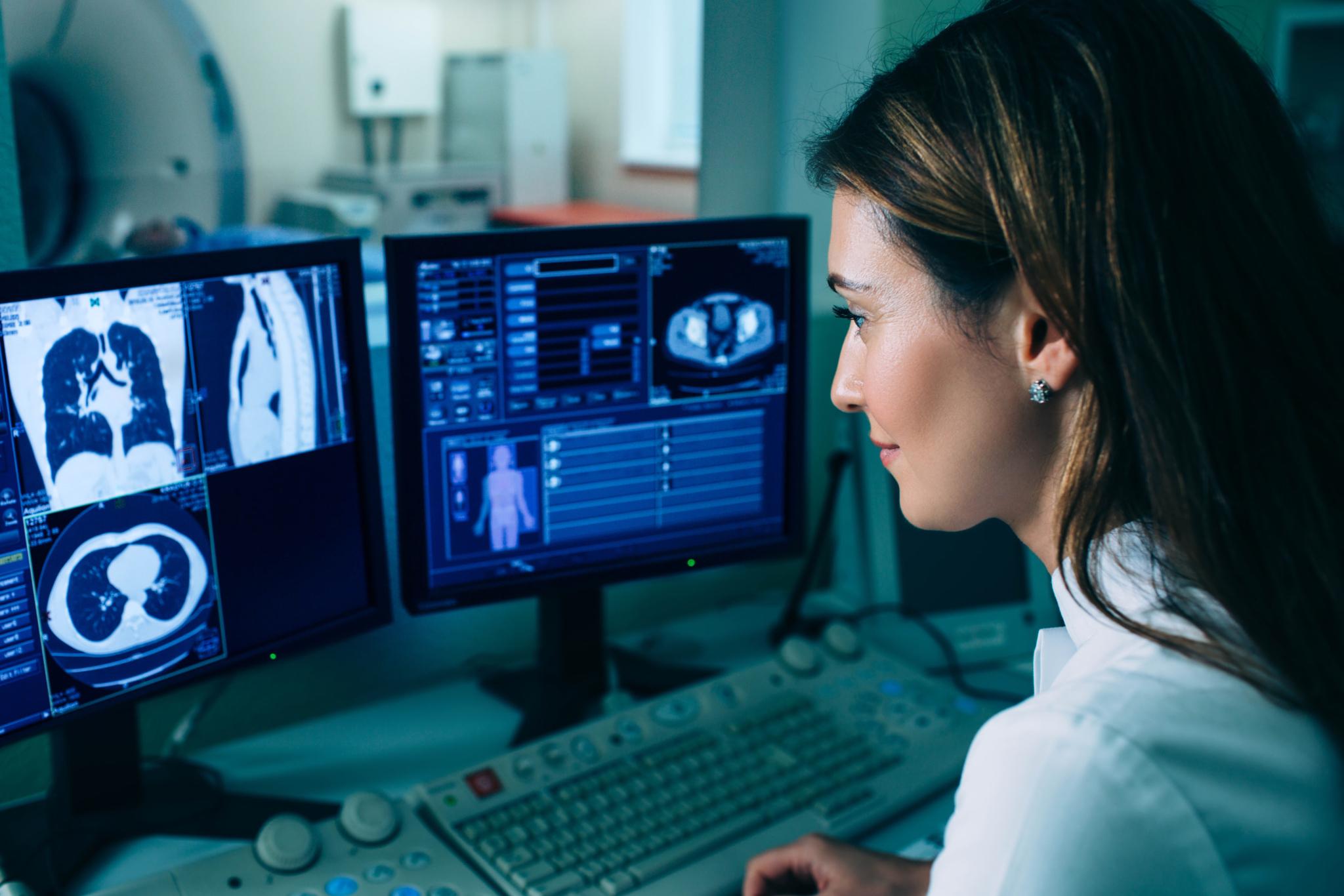 Radiologietechnologin beim sichten eines MRT Scans (Fotocredit: Adobe Stock 2021)