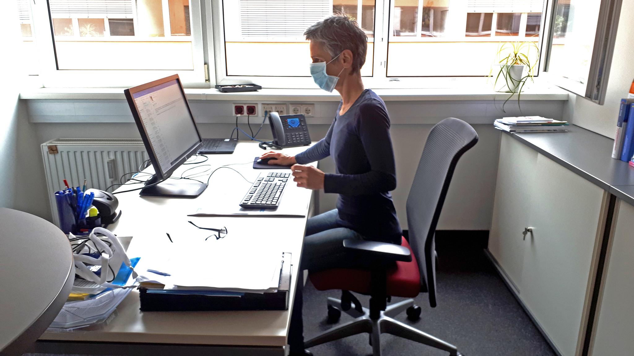 der ergonomisch ausgerichtete Büroarbeitsplatz von Sylvia Öhlinger, der auch für Desk Sharing geeignet ist (Fotocredit: Sylvia Öhlinger, Foto aus 2020 - noch keine FFP2 Maskenpflicht)
